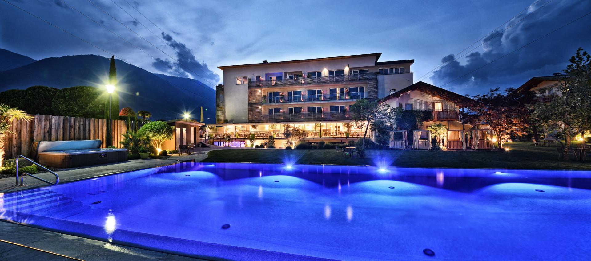 Traumhafter garten bei meran 4 sterne hotel mit pool for 4 sterne hotel dortmund