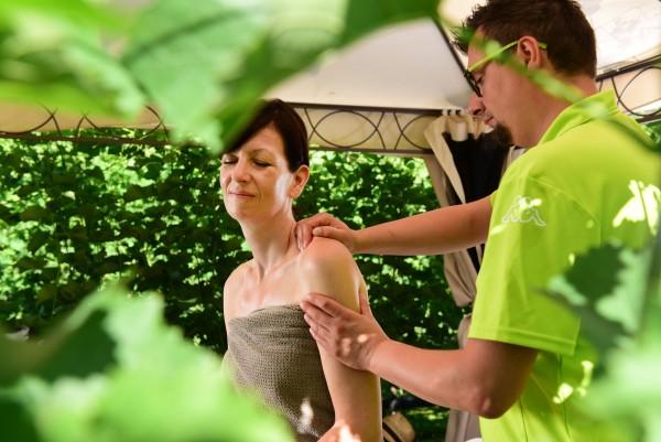 Pfeiss das 4 Sterne Hotel bei Meran, entspannen bei einer Outdoor Massage, Genuss Urlaub in Südtirol, nahe der Feriendialyse